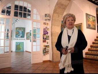 La galerista Àngels Andreu,   A L'ESPAIOSA SALA DE LA GALERIA ÀGORA 3 DE SITGES JUANMA RAMOS