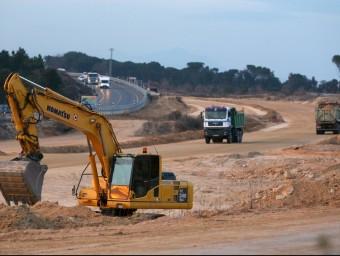 Les obres de desdoblament de l'N-II entre Sils i Caldes, amb màquines i camions treballant-hi, divendres passat. LLUÍS SERRAT