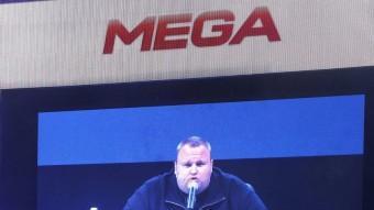 Kim Dotcom es va fer custodiar per dones amb vestimenta militar durant la presentació de Mega REUTERS