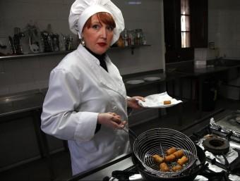 Pilar Rebollar , una de les sòcies de la Croqueteria, fregint unes croquetes. JOAN SABATER