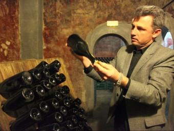 Gerard Jané mostra ampolles de cava envellint-se. L'elaboren sols amb varietats autòctones.  JUDIT FERNÀNDEZ