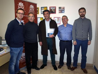 Wilson Ferrús, al centre de la imatge, envoltat pels membres de la junta de l'IDECO (d'esquerra a dreta) Carles X. Puig, Alfred Ramos, Francesc Martínez i Tomàs Rosselló. PRESEN SENA