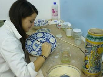 La restauradora d'art Sílvia Moreta treballant en un plat MUSEU CAU FERRAT DE SITGES CONSORCI DEL PATRIMONI DE SITGES