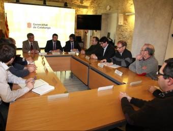 Santi Vila, ahir a la seu del govern a Girona, entre Eudald Casadesús i Ricard Font, es va reunir amb alcaldes de la Selva i el Gironès JOAN SABATER