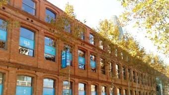 Aspecte de la Barcelona actual combinada amb edificis industrials antics.  ARXIU