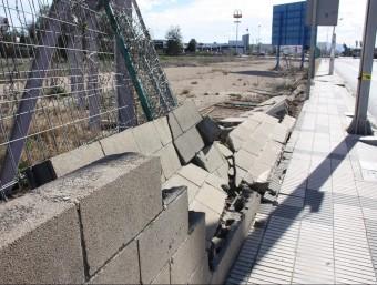 La força del vent ha tombat un mur a Tortosa ACN