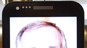 El missatge de Trias vist en un mòbil gegant ubicat en un centre comercial EFE