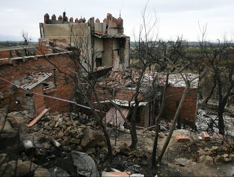 Un dels habitatges afectats per l'incendi de l'estiu passat, en aquest cas al terme municipal de Capmany. MANEL LLADÓ