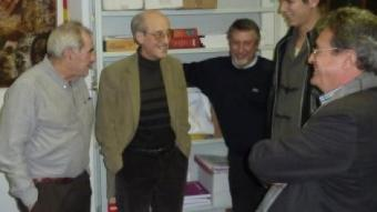 Maragall, a l'esquerra, parlant ahir amb Joan Solana, al seu costat, i Joan Armangué, en primer terme JOAN TRILLAS