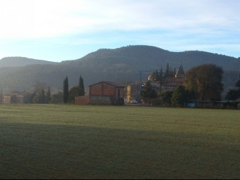 Una vista general dels terrenys on l'empresa vol instal·lar els hivernacles de la salmorra amb Sant Esteve al fons. J.C
