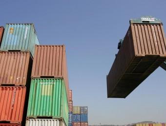 Un grup de contenidors al port de Barcelona  CRISTINA CALDERER