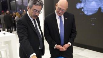 Kim Faura (Telefónica) mostra a John Hoffman (GSMA) un detall del nou centre ALBERT SALAMÉ