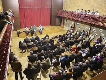 Una imatge de l'assemblea que e va fer ahir al vespre a la sala municipal de Bàscara. MANEL LLADÓ