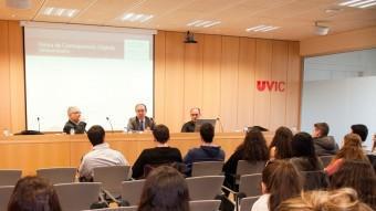 Xavier Xirgo, Lluís Martínez i Josep Madrenas durant la presentació de la Xarxa de Corresponsals Digitals a la Universitat de Vic, dijous passat JORDI MOLET / UNIVERSITAT DE VIC