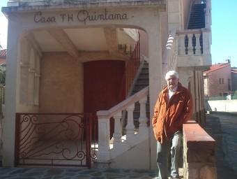 Xavier Febrés davant la casa Quintana de Cotlliure, on va morir Antonio Machado A.R