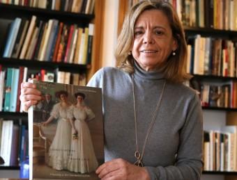 Isabel Coll amb el seu llibre de Ramon Casas editat als Estats Units QUIIM PUIG