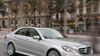 La línia Avantgarde, a la que la graella frontal de tipus esportiu i l'estrella al bell mig li aporten un aire molt més dinàmic que l'Elegance, de caire més tradicional, serà la que preferiran la majoria de clients de la nova Classe E de Mercedes-Benz. MERCEDES-BENZ