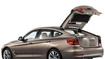 La porta posterior, de grans dimensions, s'obre i tanca automàticament.  BMW