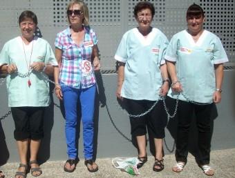 Treballadores de l'empresa Ecomed, encadenades davant la Tresoreria de la Seguretat Social de Girona per protestar pels impagaments de l'empresa.  ARXIU/IMMACULADA BOSCH