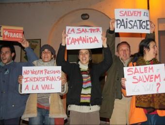 Un grup de manifestants que van rebre els representants de la mancomunitat. ACN