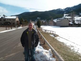 Miquel Tor, fotografiat al carrer principal del poble. J.C