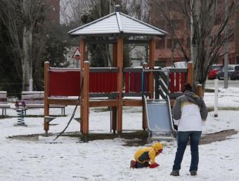 Un nen jugant a un parc d'Igualada ple de neu ACN