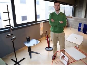 Ricard Mollón envoltat dels diferents mobles i auxiliars de disseny que ven 'online'.  JUANMA RAMOS