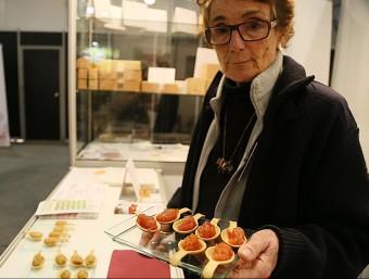 Georgina Regàs mostra uns tastets de les noves confitures. MANEL LLADÓ