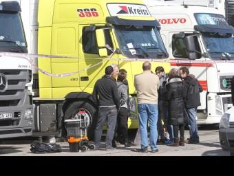 La comitiva judicial investigant la mort d'un xofer a Vilamalla. J.RIBOT/