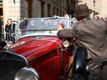 Un dels participants posa a punt el seu vehicle a la plaça Sant Jaume de Barcelona minuts abans de la sortida ACN