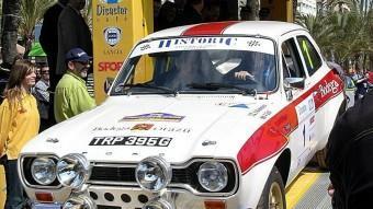 El Ford Escort de Stig Blomqvist pren la sortida en la primera edició del Ral·li Costa Brava Històric, l'any 2004.  J.C