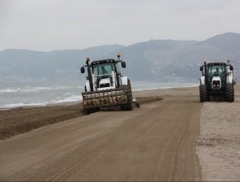 Dos tractors iniciant el llaurat de la platja de Castelldefels, la més llarga del litoral metropolità de Barcelona ACN