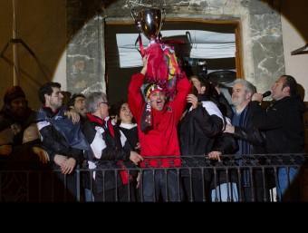 El jugador nascut al Vendrell Lluís Ferrer aixeca la copa a l'ajuntament JOSÉ CARLOS LEÓN