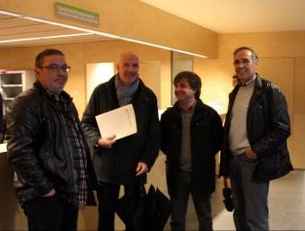 D'esquerra a dreta, Josep Garcia (PSC), l'alcalde de Vilablareix, David Mascort (ERC), Josep Aurich (CiU) i el tinent d'alcalde, Manel Pallàs (ERC), ahir al matí al jutjat de Girona ACN