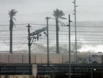 Les onades i les pluges d'aquest dimecres han afectat les vies de tren del Maresme, provocant problemes de circulació a Rodalies ACN