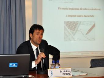 Antoni Bisbal, explicant el pla general de comptabilitat andorrà als assessors fiscals catalans.  APTTCB