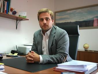 Jordi Camps, alcalde de Vidreres, al seu despatx, on sospita que hi podria tenir un micròfon, en una imatge de l'estiu passat. MANEL LLADÓ