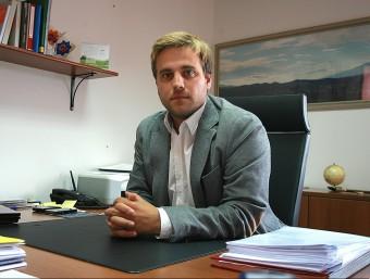 L'alcalde Jordi Camps, fa uns mesos al seu despatx, on ha ara detectat que hi podria haver micròfons amagats. MANEL LLADÓ