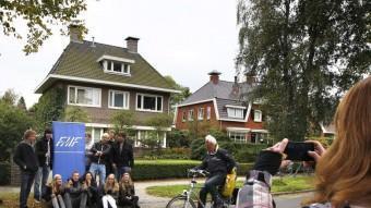 Uns joves es fotografien davant la casa d'una noia holandesa que va promocionar la seva festa d'aniversari a Facebook i va atraure milers de persones, que van causar aldarulls AFP