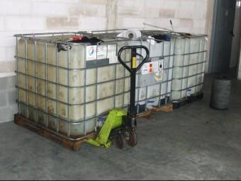 Tres dipòsits de gasoil de 5.000 litres i nou de 1.000, tots ells plens, van ser trobats dins la nau escorcollada a Celrà CME