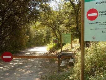 La barrera que tanca la pista de Riu i Sant Aniol, en una imatge del juliol de l'any passat.  R. E