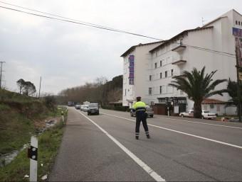 Un mosso fent l'atestat davant del Club Madam's en l'accident del març. JOAN CASTRO / ICONNA