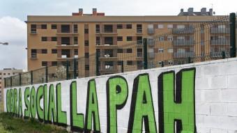 Pintada dels activistes de PAH davant de l'edifici Ocupat de Salt. LLUÍS SERRAT