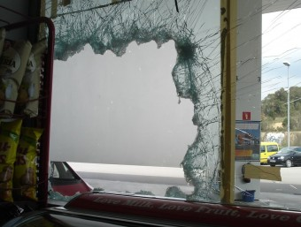 El forat als vidres que els individus van fer a la benzinera Repsol que hi ha a la carretera C-63, a Vidreres TURA SOLER