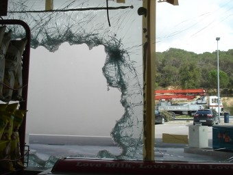 El forat als vidres que els individus van fer a la benzinera Repsol que hi ha situada a la carretera C-63, a Vidreres.  TURA SOLER