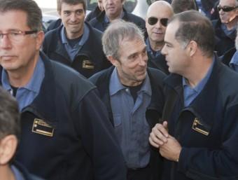 El cap de l'operatiu dels bombers durant l'incendi d'Horta, al centre, sortint dels jutjats de Gandesa al gener de 2011 TJERK VAN DER MEULEN / ARXIU