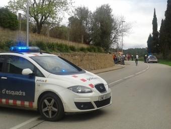 Els agents de trànsit dels Mossos van tallar la carretera en els dos sentits mentre els sanitaris atenien la víctima G. P