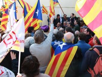 Desenes de veïns i simpatitzants de Solidaritat per la Independència s'han concentrat aquest dissabte davant de Gallifa per donar suport a Jordi Fornas ACN