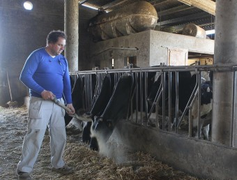 En Josep , un dels amos de la granja, al cobert on té el dipòsit de gasoil JORDI RIBOT / ICONNA