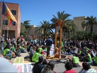 Interins protestant a les portes de la Conselleria d'Educació. EL PUNT AVUI